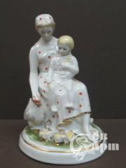 "Скульптура ""Мама с ребенком кормит цеплят"""